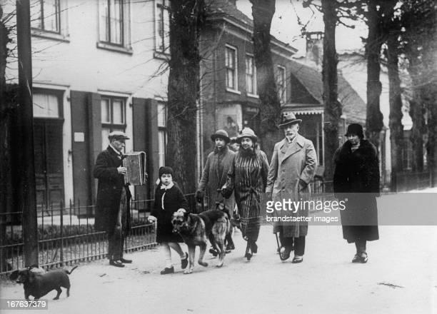Emperor Wilhelm II with his 2nd wife Hermine and her daughters Doorn Netherlands 1926 Photograph Kaiser Wilhelm II mit seiner 2 Frau Hermine und...