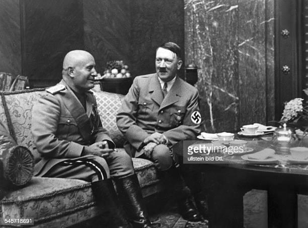 Empfang im 'Führerbau' am KöniglichenPlatz ; Adolf Hitler undBenito Mussolini im Gespräch