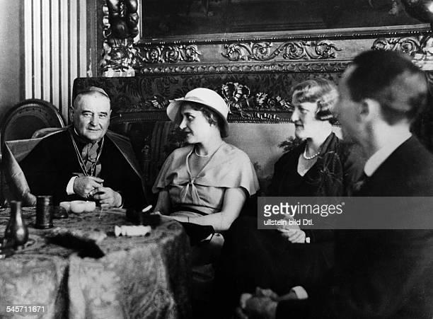 Empfang in der deutschen Botschaft beimHeiligen Stuhl Joseph Goebbels und seineEhefrau Magda im Gespräch mitKardinal Steinmann und Frau v Bergender...