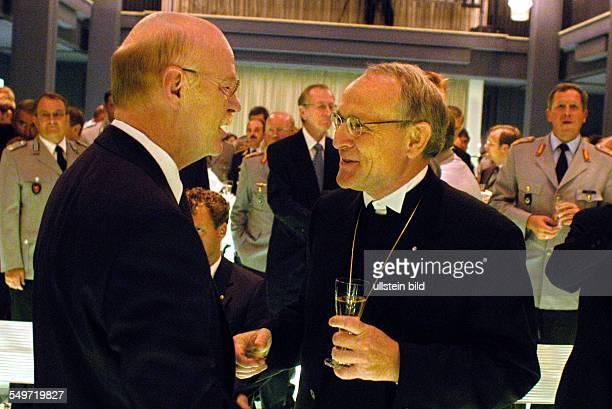 Empfang nach dem Gottesdienst zur Amtsübergabe der evangelischer Militaerbischof Dr Hartmut Loewe übergibt das Amt an Bischof Peter Krug links Peter...