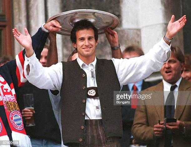 Empfang Rathaus Marienplatz 1 BUNDESLIGA 99/00 Muenchen BAYERN MUENCHEN DEUTSCHER FUSSBALLMEISTER 2000 Mehmet SCHOLL/Bayern Muenchen mit der...