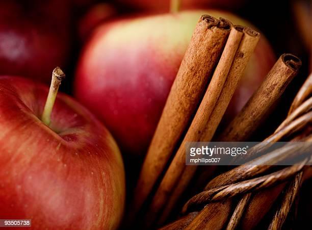 Empire Äpfeln und Zimt-Sticks