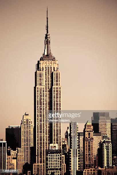 empire state building amongst high-rise. - merten snijders stockfoto's en -beelden
