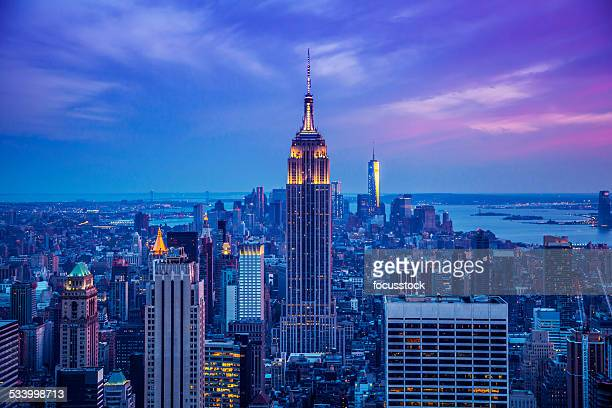 empire state building at night - new york city stockfoto's en -beelden