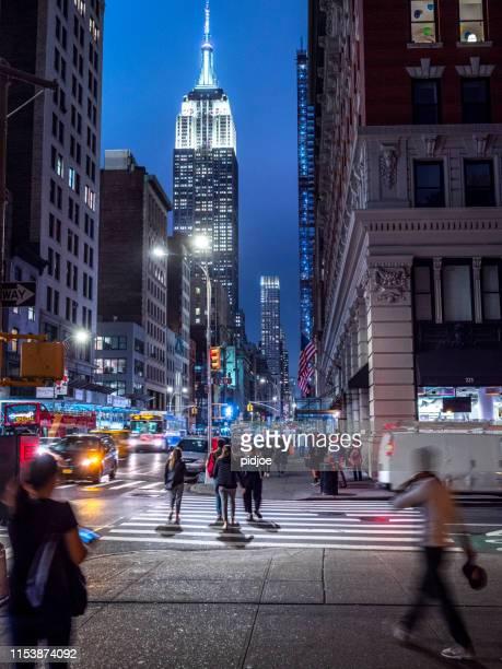 empire state building gloeiende in de schemering - new york state stockfoto's en -beelden