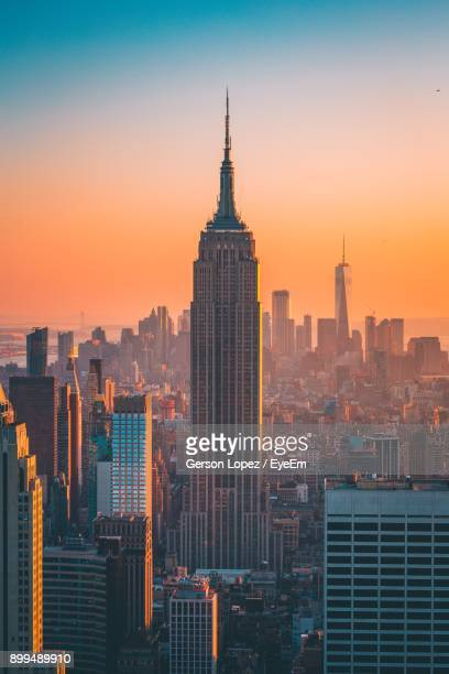 empire state building in cityscape at sunset - empire state building stock pictures, royalty-free photos & images