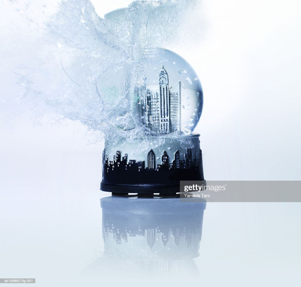 Empire State building snow globe exploding, close-up : Stockfoto