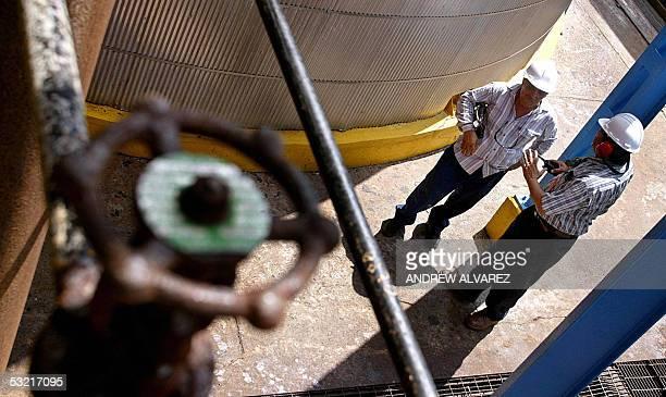 Empleados de la Petroquimica El Tablazo realizan una inspeccion durante un recorrido por las instalaciones del gigantesco complejo en El Tablazo 500...