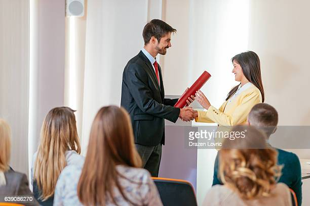 employee of the month received award on ceremony - cerimónia imagens e fotografias de stock
