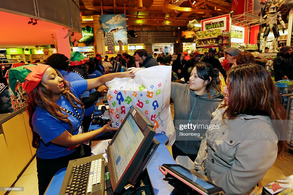 Shoppers Inside Toys R Us Inc. Stores Ahead Of Black Friday Sales : ニュース写真