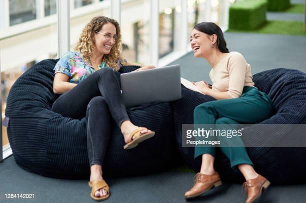 les employés doivent se sentir à l'aise dans leur milieu de travail - sacco photos et images de collection