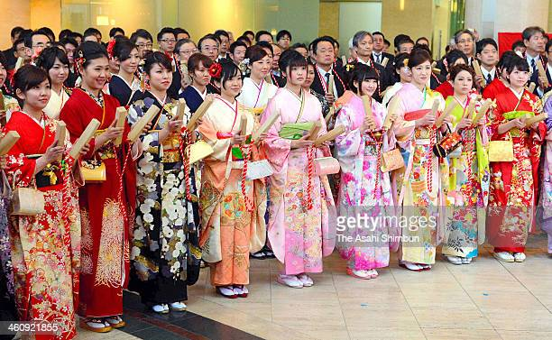 Employees wearing kimono applauds during a opening ceremony of the first trading day of the year at Osaka Securities Exchange on January 6 2014 in...