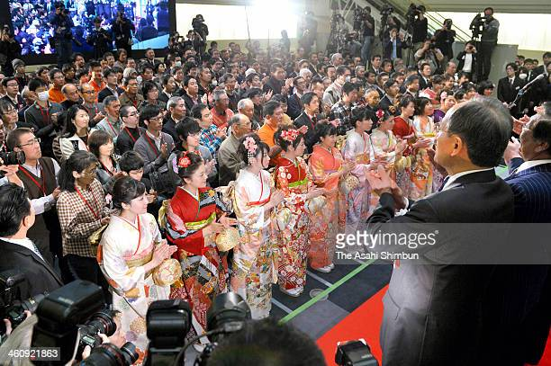 Employees wearing kimono applauds during a opening ceremony of the first trading day of the year at Tokyo Stock Exchange on January 6 2014 in Tokyo...
