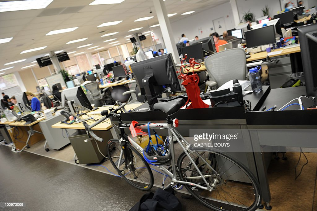 Employees work at the Facebook headquate : News Photo