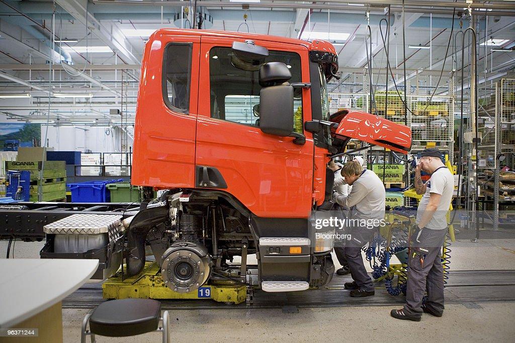 fotos e imagens de scania trucks production line