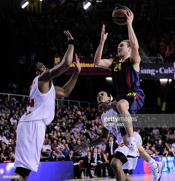 Emporio Armani's Milan Samardo Samuels vies with Barcelona's US guard Brad Oleson during the Euroleague Top 16 round 6 basketball match FC Barcelona...
