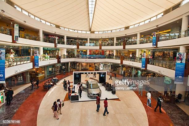 dlf emporio mall, new delhi, india - einkaufszentrum stock-fotos und bilder