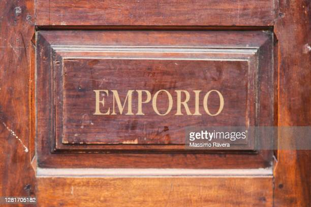 emporio wooden door - 飾り板 ストックフォトと画像