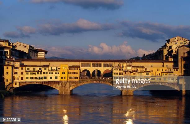 Emport? par une crue de l'Arno, le pont fut recontruit en 1345. Il est dot? d'une double rang?e de boutiques, d?volues d'abord aux bouchers, puis aux...