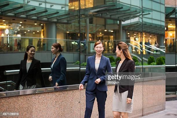 仕事に自信と誇りを持つ中国 Businesswomen ウォークやトーク香港で