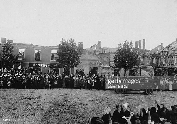 Empress Augusta Victoria of Prussia and Crown Princess Cecilie visit the reconquered areas in East Prussia cheered by the crowd on their arrival in...
