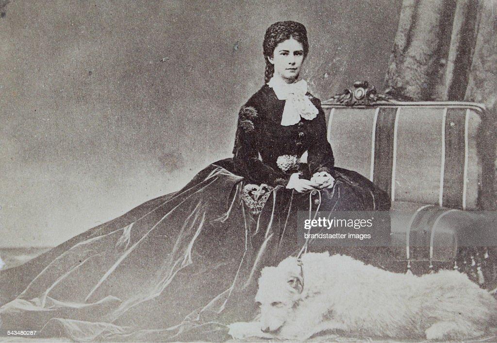 Empress Elisabeth With Dog : ニュース写真