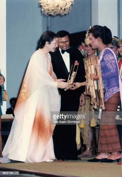 Empress Michiko talks to a performer during the dinner with Indonesian President Muhammad Suharto and his wife Siti Hartinah at the Merdeka Palace on...