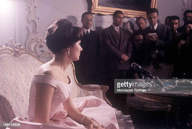 Empress of Iran Farah Pahlavi talking to the journalists at Golestan Palace on the occasion of the visit of King Hussein of Jordan Farah Pahlavi is...