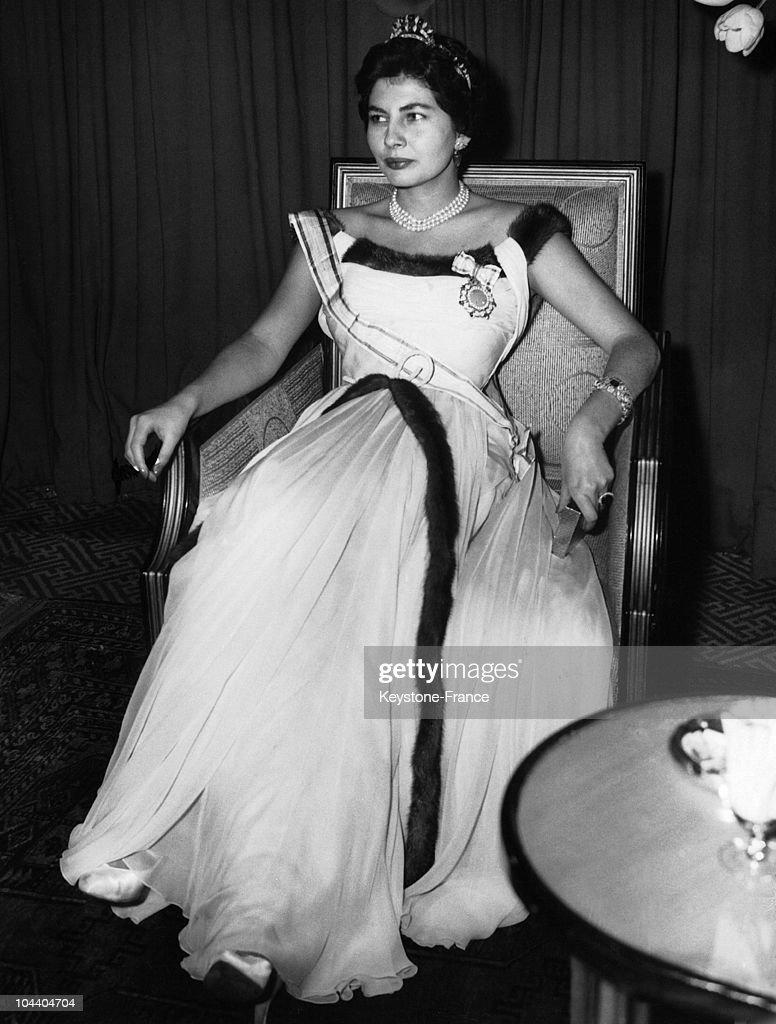 Empress Soraya Smoking A Cigarette 1955 : Nieuwsfoto's