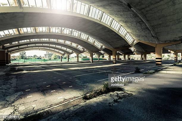 Leere verlassenen Parkplatz