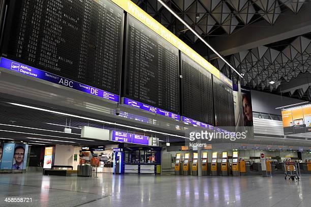 Leere Flughafenterminal bei Nacht