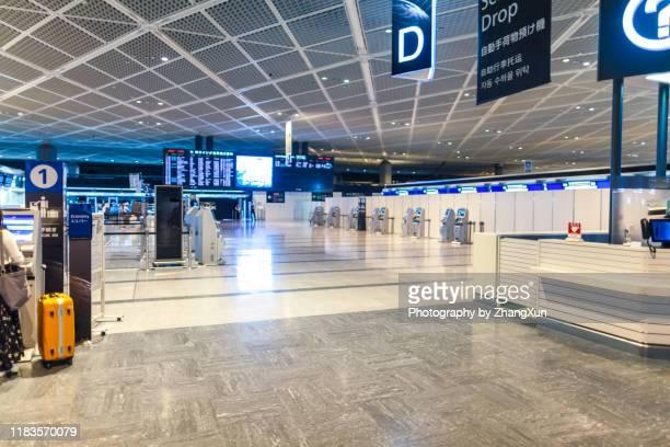 empty airport terminal. - 空港ターミナル ストックフォトと画像