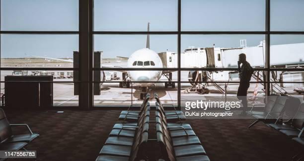 empty airport terminal waiting area - aéroport photos et images de collection