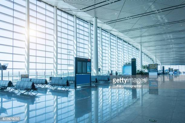 empty airport terminal waiting area - flughafenterminal stock-fotos und bilder