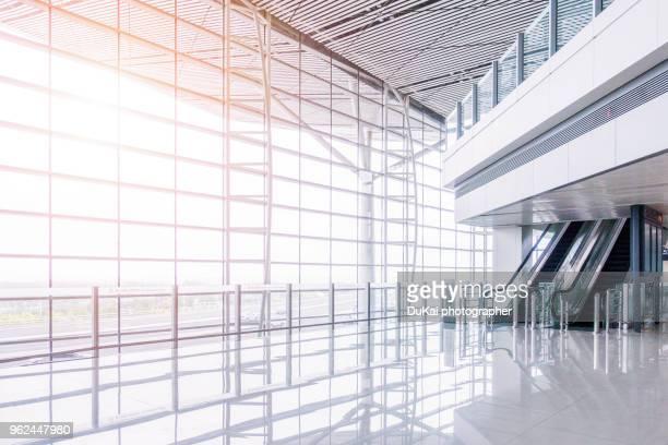empty airport terminal waiting area - eingangshalle gebäudeteil stock-fotos und bilder
