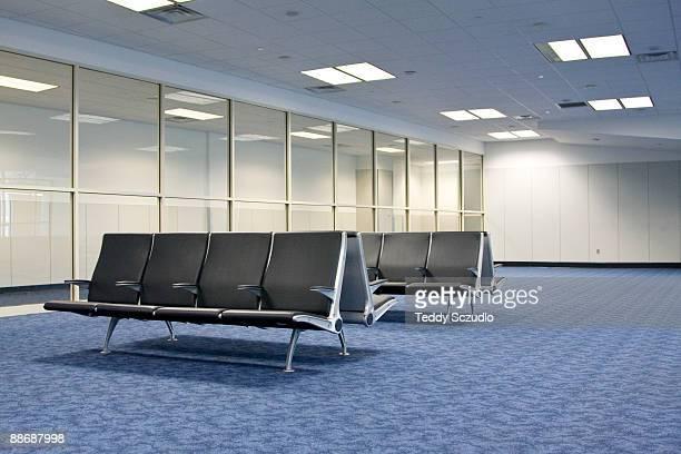 empty airport waiting rrom - banco asiento fotografías e imágenes de stock