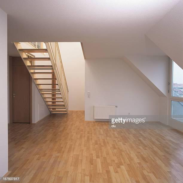 Apartamento vazio com Parqué e Escadaria