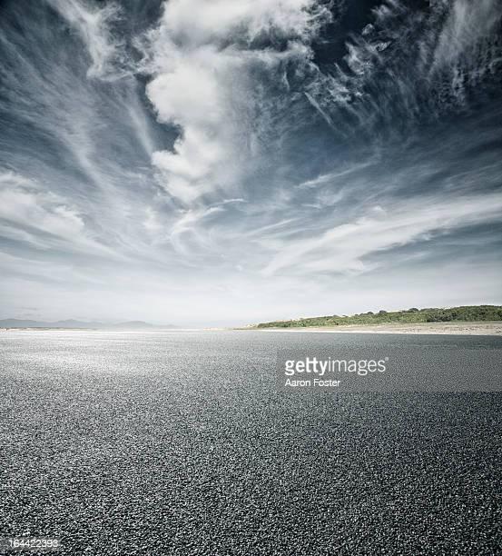 empty asphalt road and horizon - 滑走路 ストックフォトと画像