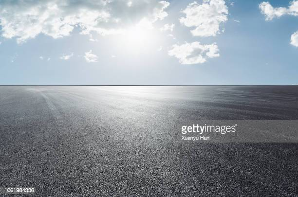 empty asphalt road - horizon over land stockfoto's en -beelden