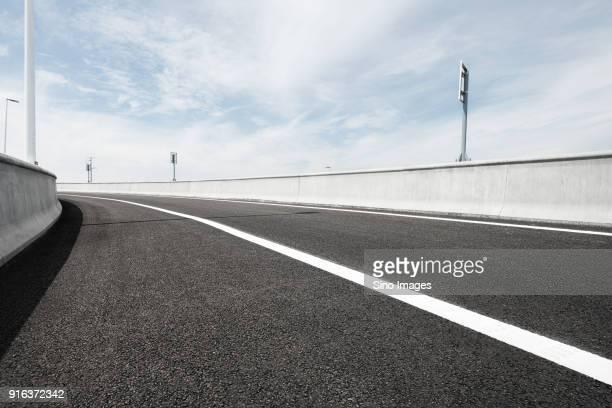 empty asphalt road with crash barriers, shanghai, china - leitplanke stock-fotos und bilder