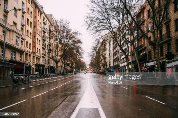 avenida vazia, em madrid, espanha - bulevar - fotografias e filmes do acervo