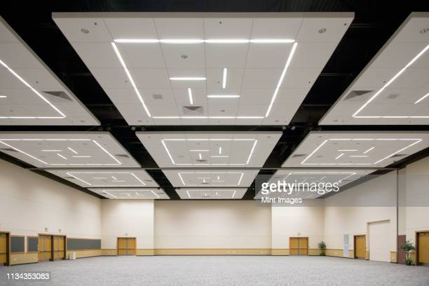 empty banquet room - messen stock-fotos und bilder