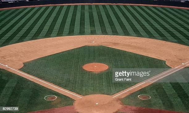empty baseball layout in sunushine - terrain de baseball photos et images de collection
