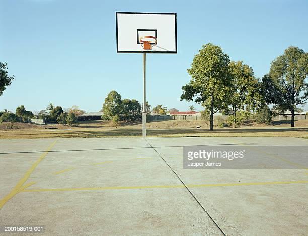 empty basketball court - speelveld stockfoto's en -beelden