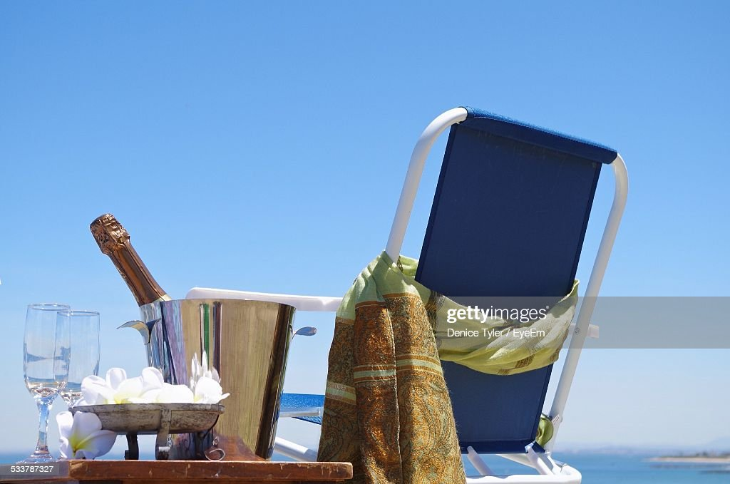 Empty Beach Chair And Bottle Of Champagne At Seaside : Foto stock