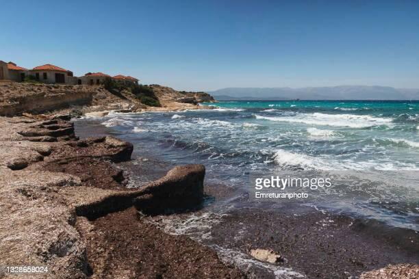 empty beach in çeşme on a sunny summer day. - emreturanphoto stock-fotos und bilder