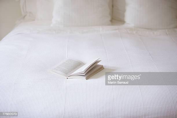 Vuoto letto con libro aperto su di esso