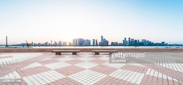 empty bench front of shenzhen cityscape - banco asiento fotografías e imágenes de stock