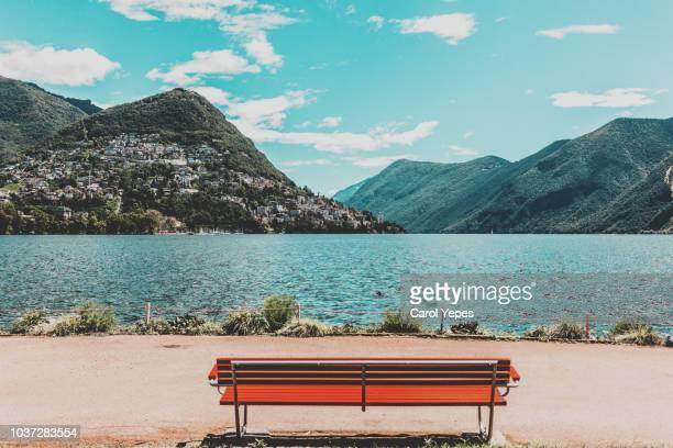 empty bench in front of como lake.italy - chum stock-fotos und bilder