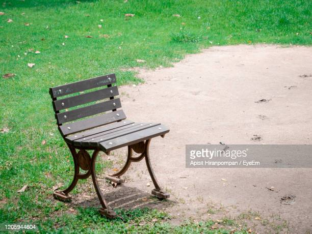 empty bench in park - apisit hiranpornpan stock pictures, royalty-free photos & images
